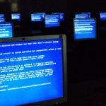 Windows_Blue_Screen_on_room_full_of_computers1-300x184
